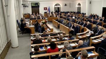 """Senat przyjął bez poprawek ustawy o KRS i SN. Przed budynkiem manifestacja i okrzyki """"hańba"""""""