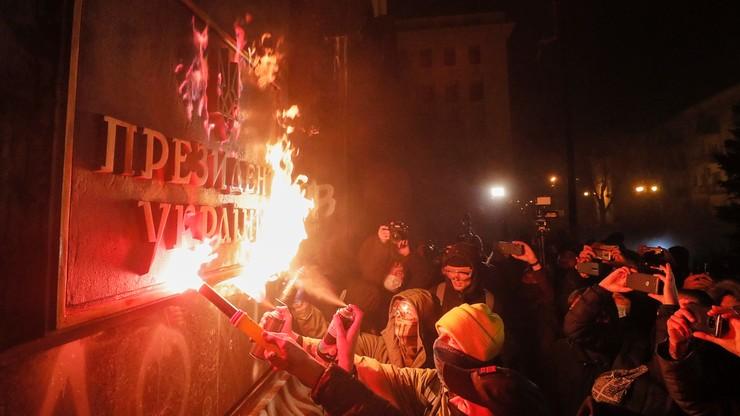 Ukraina. Demonstracja w Kijowie. Protestujący podpalili tablicę przed siedzibą prezydenta