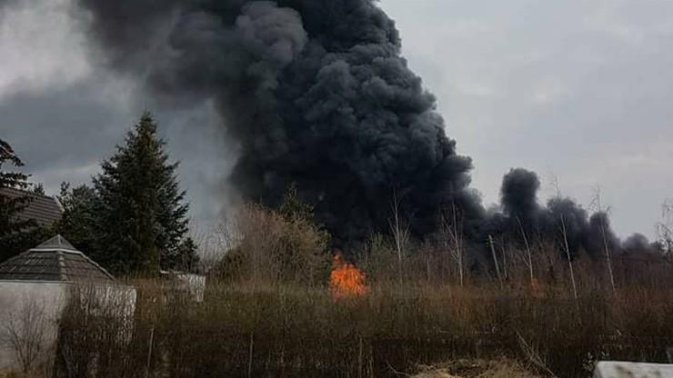 Pożar hali we Wrocławiu. Z ogniem walczy szesnaście zastępów straży pożarnej