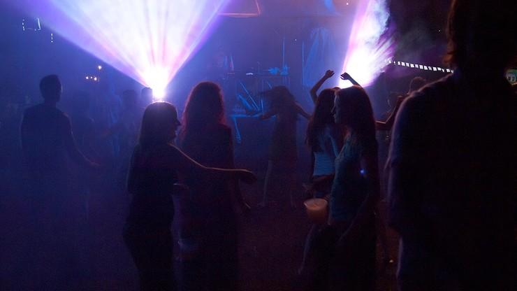 """""""Tańczmy, ale dwa metry od siebie"""". Doradca premiera o świętowaniu Nowego Roku"""