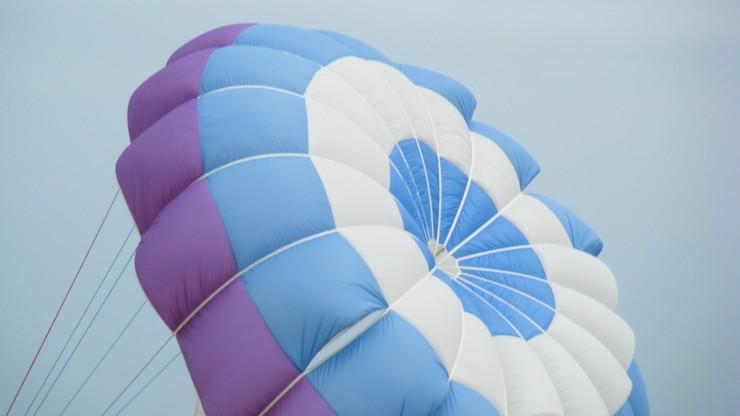 Wypadek skoczka spadochronowego w Pile. W ciężkim stanie jest w szpitalu