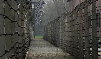 Turysta z Irlandii odpowie za niszczenie Muzeum Auschwitz. Wydrapał swoje imię na jednym z baraków