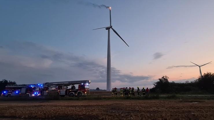 Helikopter ugasił pożar 160-metrowego wiatraka w Wielkopolsce. Zapalił się od pioruna