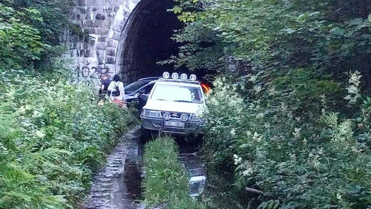 Ogorzelec: kierowca jechał po torach, bo szukał skrótu. Przeszkodą okazał się tunel