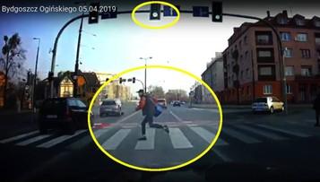 Na czerwonym świetle wbiegł przed rozpędzony samochód