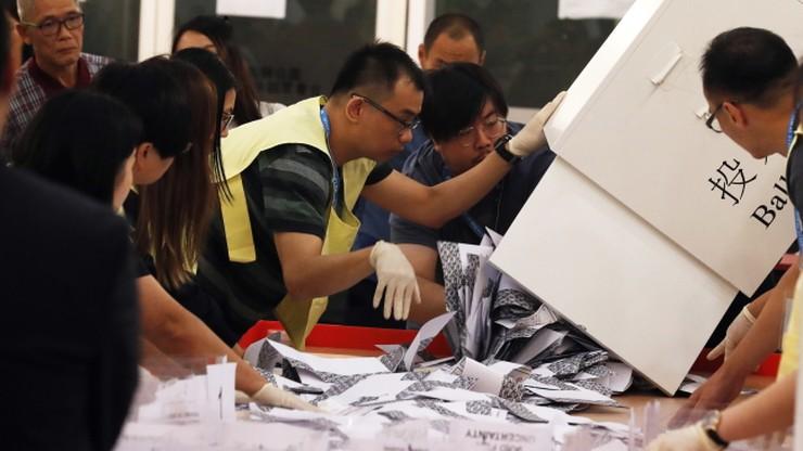 """""""Demokratyczne tsunami"""". Hongkong w wyborach zagłosował przeciwko Pekinowi"""
