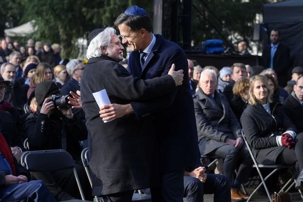 Mark Rutte obejmuje Jacquesa Grishavera, przewodniczącego holenderskiego Komitetu Pamięci Ofiar obozu Auschwitz