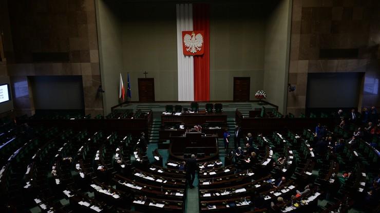 """""""Parlament jest ostoją demokracji i go obronimy"""". Posłowie opozycji pozostali na sali plenarnej"""