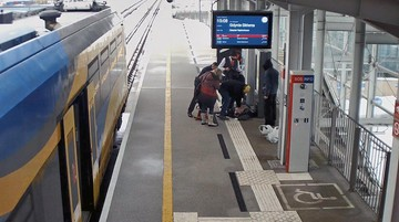 Błyskawiczna reanimacja. Pasażer i kierowniczka pociągu uratowali mężczyznę