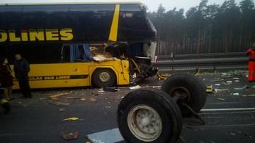 Autokar zniszczony po zderzeniu z ciężarówką na Śląsku. Zablokowana autostrada A1 w stronę Gliwic