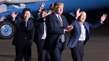 Korea Północna zwolniła trzech amerykańskich więźniów. Powitał ich Donald Trump