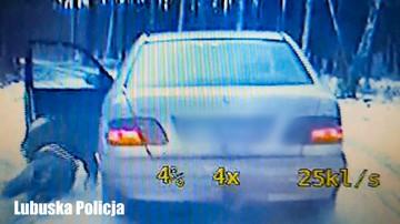 Policyjny pościg za 20-latkiem. Poszukiwany wyskoczył z jadącego auta