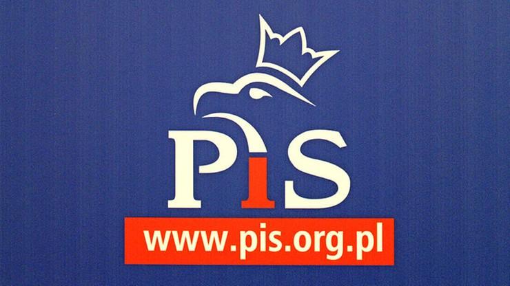 """Pieniądze z PCK miały zasilać kampanie polityków PiS. Śledztwo umorzone. """"To nie koniec tej sprawy"""""""