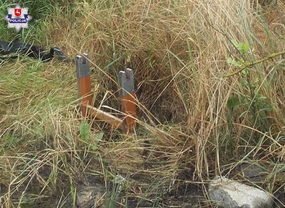 Wlot do zbiornika był ledwo widoczny przez wysoką trawę. Mężczyzna, spacerujący po lesie o zmierzchu, nie zauważył go