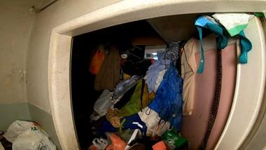 Śmieci po sam sufit. Koszmar w bloku w Warszawie