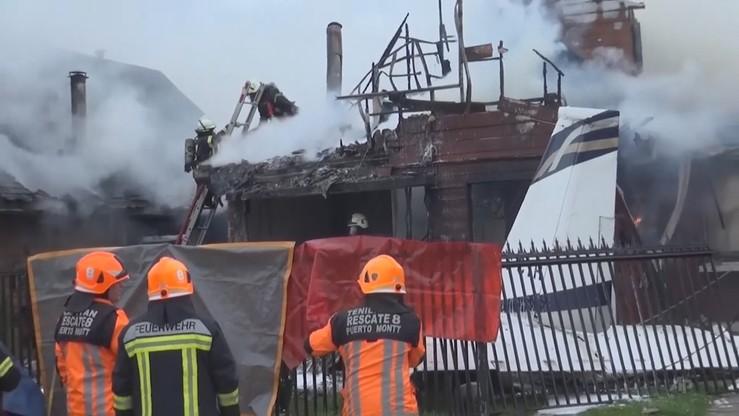 Samolot zaplątał się w linie energetyczne i spadł na jeden z domów. Sześć osób nie żyje