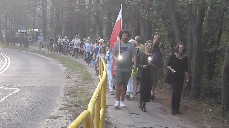 Chodzą przed rezydencję prezydenta. Marsz milczenia na Mierzei Helskiej