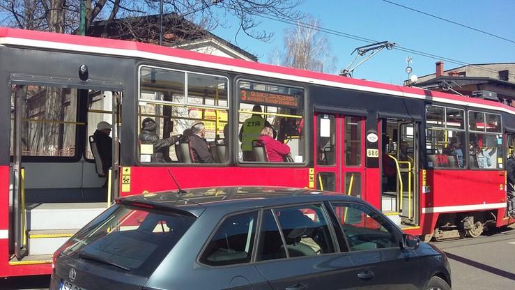 Śmiertelny wypadek w Katowicach. Samochód wjechał pod tramwaj