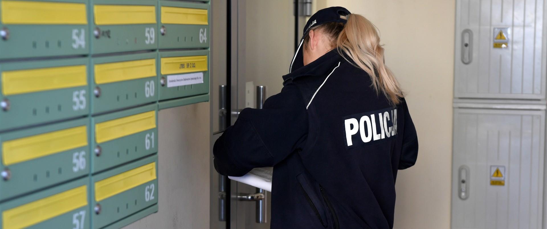 Policjantka kontroluje przebywających na kwarantannie