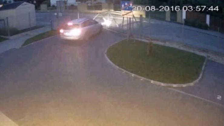 Ukradli auto i staranowali bramę, którą ciągnęli ulicami Kozienic