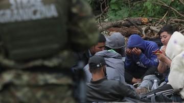 """Koczują przy granicy 15 dzień. """"20 mężczyzn i 4 kobiety"""""""