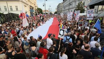 """""""Chcemy reformowania sądownictwa, ale nie szarżowania"""". Bezpartyjna demonstracja przed Pałacem Prezydenckim"""
