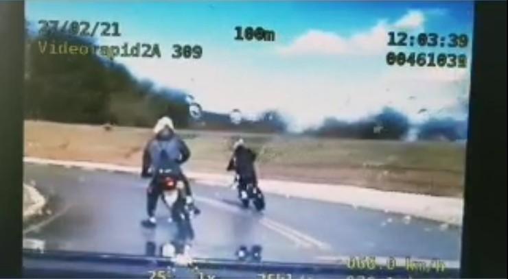 Nastolatkowie uciekali motocyklami przed policją. Bez uprawnień i rejestracji [WIDEO]