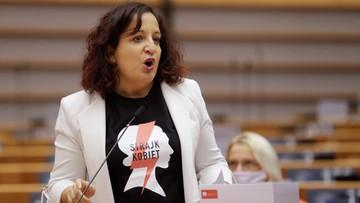 Temat aborcji w PE. Zagraniczne europosłanki w koszulkach Strajku Kobiet