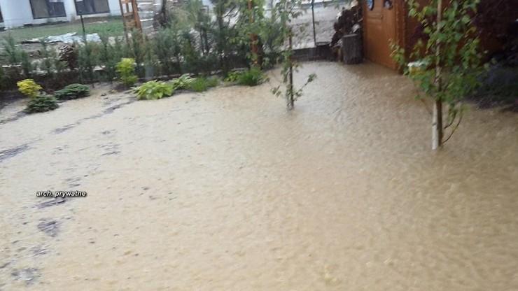 """Deszczówka zalewa podwórka mieszkańców. """"Deweloper nie przestrzegał norm budowlanych"""""""