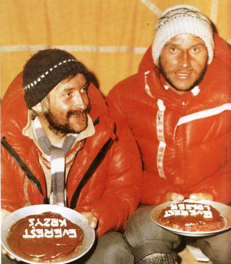 Krzysztof Wielicki i Leszek Cichy celebrują w bazie pierwsze zimowe wejście na Mount Everest z 17 lutego 1980  pniem Hillary'ego - nie sprawia trudności technicznych.