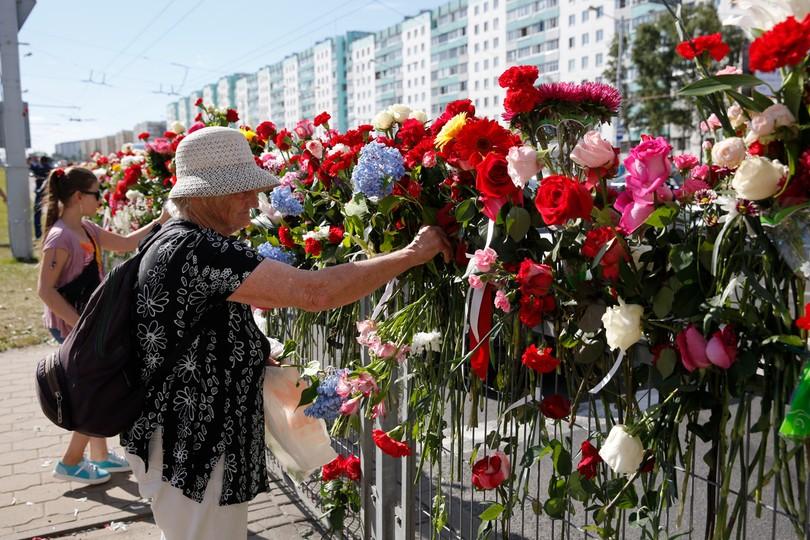 Mińsk. Ludzie składają kwiaty w miejscu, gdzie zginął jeden z protestujących