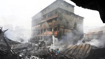 Bangladesz: właściciel spalonej fabryki ukrywa się przed rodzinami ofiar