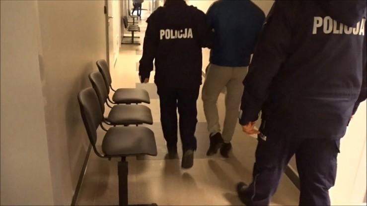 Wyjmował z samochodu foliowe woreczki. Policjanci znaleźli prawie kilogram narkotyków