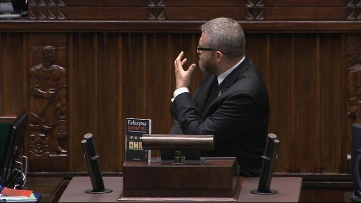 Sejm: poseł Braun zablokował mównicę, nie chciał założyć maseczki