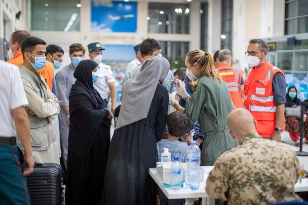 Uchodźcy z Kabulu na lotnisku w Taszkiencie