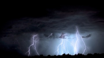 """Jeszcze dziś burze i ulewne deszcze. """"Kolejna tropikalna noc"""""""