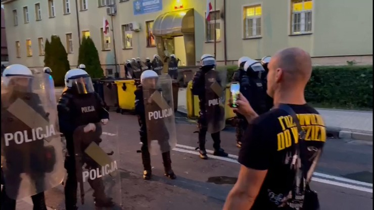 Lubin. Protest przed komisariatem. Uczestnicy domagają się prawdy i sprzeciwiają się brutalności