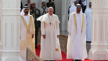 Uroczysta ceremonia powitania papieża Franciszka w Abu Zabi