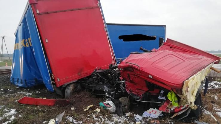 Samochód ciężarowy wjechał pod pociąg. Tragiczny wypadek na niestrzeżonym przejeździe