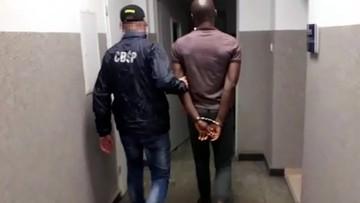 """""""Nigeryjski książę"""" poszukiwany przez FBI zatrzymany we Wrocławiu. Grozi mu 30 lat więzienia"""