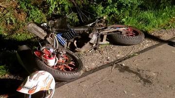 Nastoletni motocyklista zderzył się z oplem. Jest w bardzo poważnym stanie