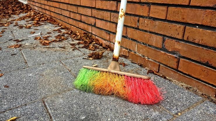 """Żona ambasadora Belgii biła się ze sprzątaczem. """"Dotknął ją miotłą"""""""