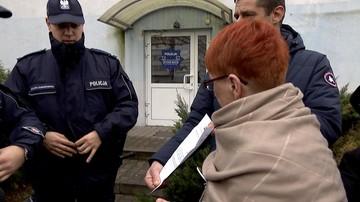 """""""Policja spisuje nas przy każdym pokojowym proteście"""". Obywatele RP przed komisariatem we Wrocławiu"""