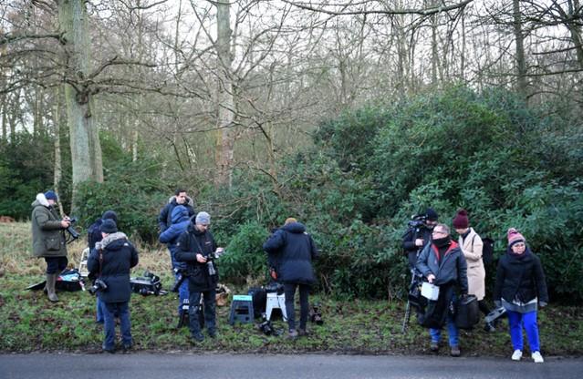 Przed wejściem do Sandringham gromadzi się grupa reporterów