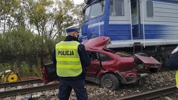 Pociąg zmiażdżył passata. Śmiertelny wypadek na przejeździe kolejowym