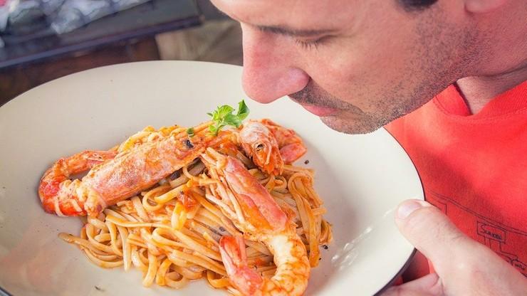 Upośledzenie smaku i węchu nawet pięć miesięcy po zakażeniu koronawirusem