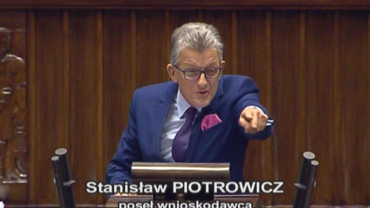 """""""Precz z komuną"""". Posłowie opozycji w Sejmie do Piotrowicza"""
