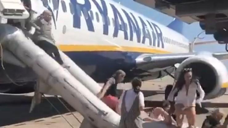 Ewakuacja pasażerów Ryanaira po pożarze w samolocie. Maszyna miała lecieć z Barcelony na Ibizę