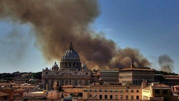 Kłęby czarnego dymu nad Rzymem. Pożar na złomowisku samochodów