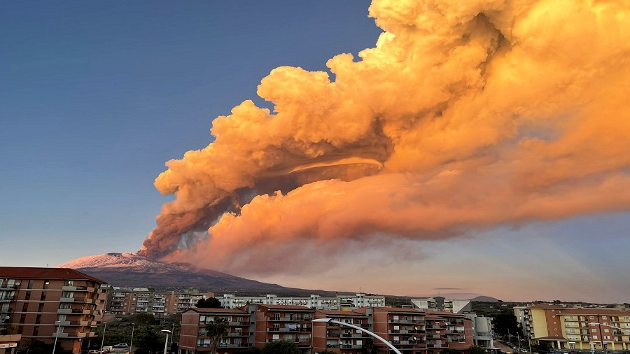 Erupcja wulkanu Etna na Sycylii we Włoszech. Fot. Twitter / Paola / @tulipaola.
